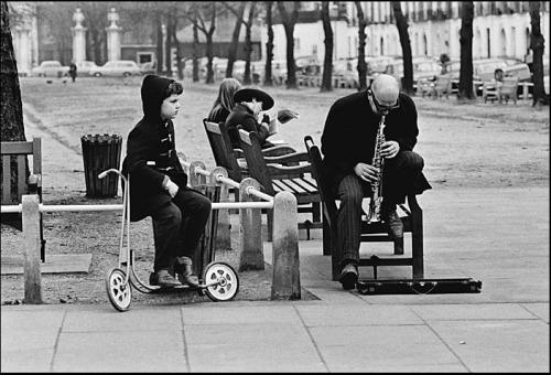 Busker, Kings Road, Chelsea, 1966 © Rob Walls