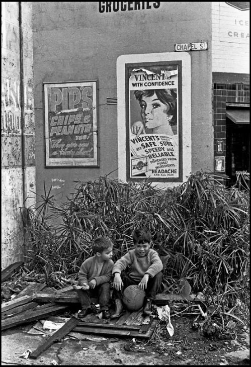 Street kids, Chapel Street, Woolloomoloo, Sydney, 1962 © Rob Walls 2013